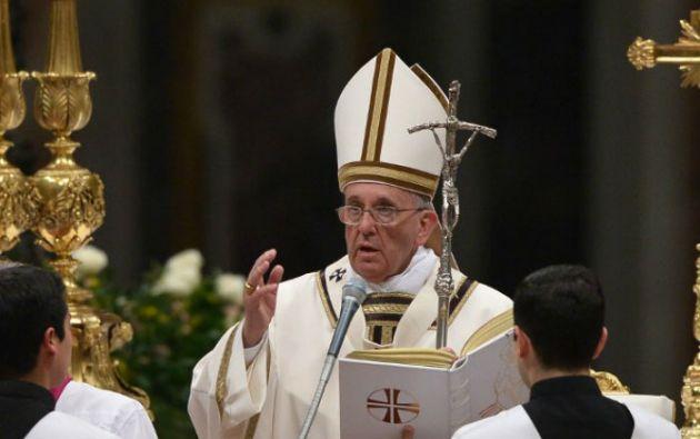 """""""Todos los responsables deben intensificar sus esfuerzos para acabar con semejante violencia"""" dijo el papa durante la Vigilia Pascual. Foto: AFP"""