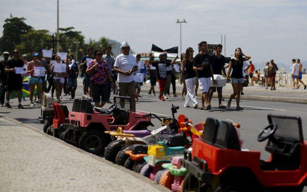Decenas de manifestantes marcharon llevando un ataúd por la Avenida Atlántica, la principal de la turística playa carioca. Foto: REUTERS