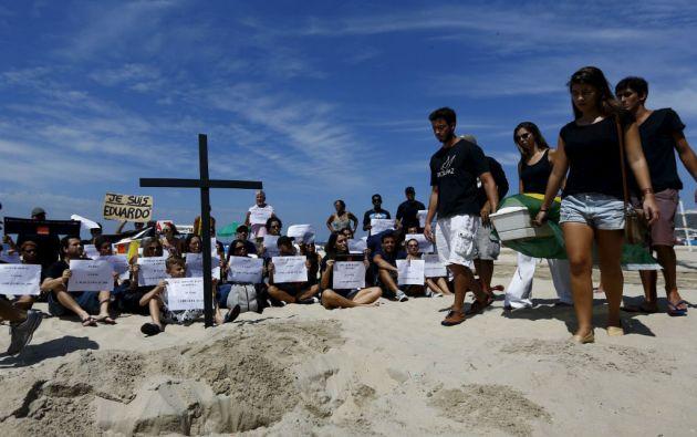 En Copacabana se realizó un entierro simbólico y se colocó una cruz de madera en homenaje al niño y a las otras víctimas de la violencia. Foto: REUTERS
