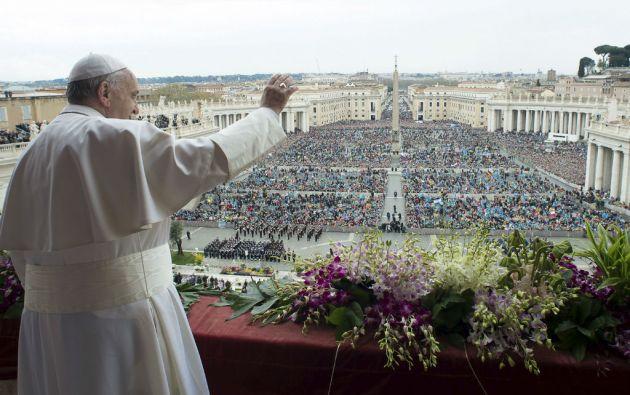 """Desde el balcón de la basílica de San Pedro, el papa Francisco impartió su tradicional bendición """"Urbi et Orbi"""". Foto: REUTERS"""