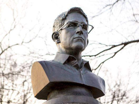 Los artistas señalan que eligieron el lugar porque las acciones de Snowden coinciden con los ideales que defendían los caídos de la Independencia. Foto: REUTERS