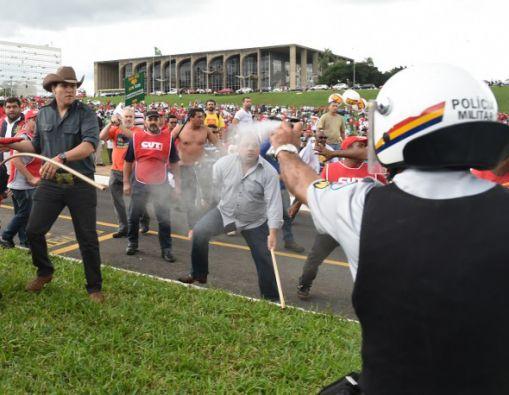 El choque con la Policía ocurrió cuando los manifestantes intentaron ingresar al Congreso en Brasilia. Foto: AFP