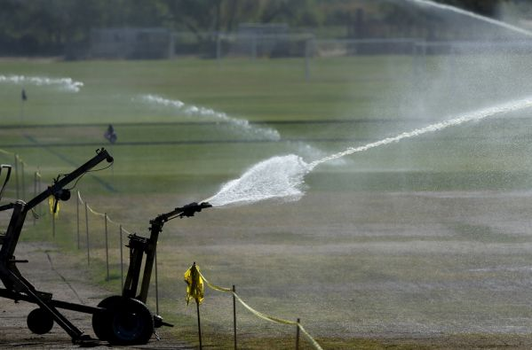 Ante la sequía, cementerios, campos de golf, y otras instalaciones con grandes superficies verdes deberán deberán rebajar la irrigación. Foto: REUTERS