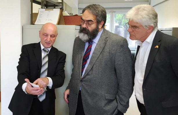 El embajador Jurado (centro) visitó la Oficina Central para el enjuiciamiento de crímenes nazis. Foto: Embajada de Ecuador en Alemania