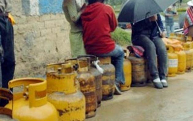 A diario, decenas de imbabureños se aglomeran para conseguir gas.
