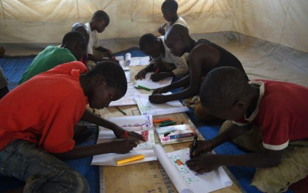 """Cerca de 800 niños están escolarizados en la """"escuela de urgencia"""", constituida por ocho grandes tiendas de campaña abiertas en enero por la Unicef. Fotos: AFP."""