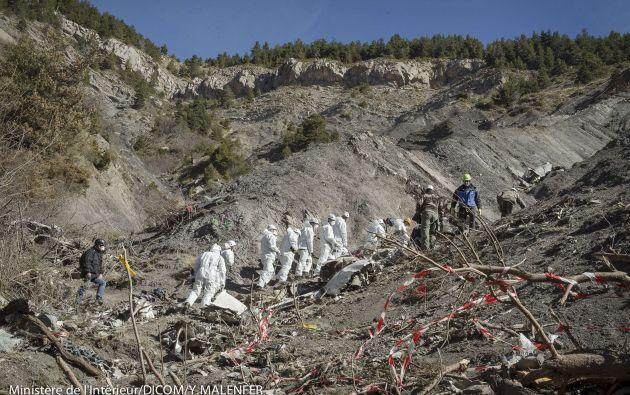 Después de que hayan terminado los trabajos de recuperación de los cadáveres y sus pertenencias, Lufthansa asumió la responsabilidad del desescombro. Foto: REUTERS.