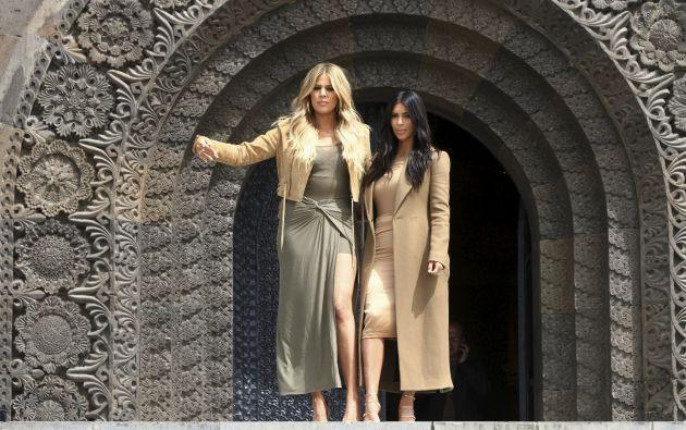 Kim y Khloe Kardashian en el monumento Madre Armenia en Yereván. Foto: REUTERS.