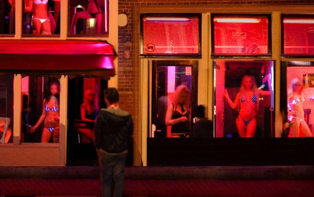 """La ciudad de Amsterdam desea cerrar una parte de los burdeles del famoso barrio, el """"Red Light district"""", para luchar contra la criminalidad y el tráfico de seres humanos."""