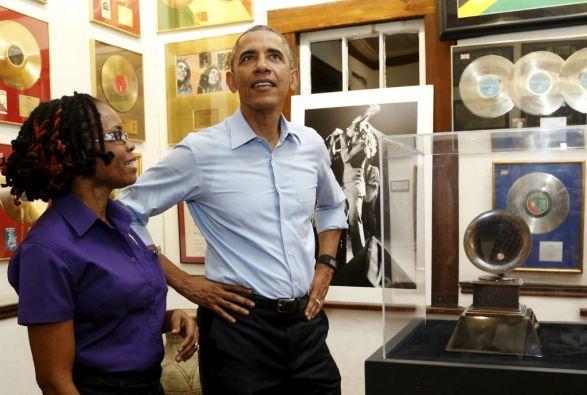 En su visita al Museo de Bob Marley, Obama aseguró tener todos los discos del artista jamaiquino. Foto: REUTERS