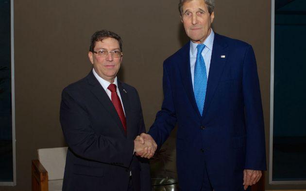 Brun Rodríguez, ministro de Exteriores de Cuba, y John Kerry, secretario de Estado de EE.UU.. Foto: REUTERS