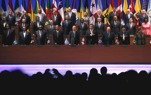Castro y Obama participaron en la ceremonia de apertura de la Cumbre de las Américas. Foto: REUTERS