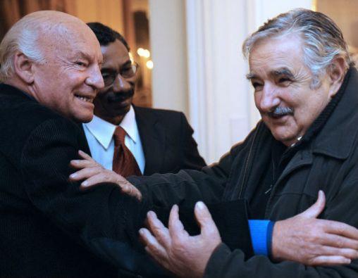 Mujica señala que, preocupado por su estado de salud, hace poco fue a visitar a Galeano junto a su esposa. Foto: AFP