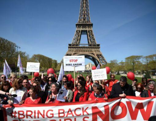 En varios países, como en Francia, se realizan ceremonias para recordar a las niñas de Chibok y pedir por su liberación. Foto: AFP