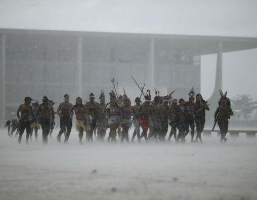 Ni la lluvia detuvo a los manifestantes, quienes cantaron y bailaron en la movilización. Foto: REUTERS
