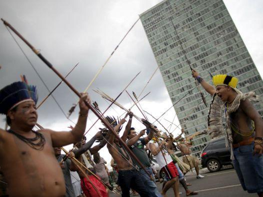 Indígenas de diversos grupos étnicos participaron en una protesta en la Explanada de los Ministerios de Brasilia. Foto: REUTERS