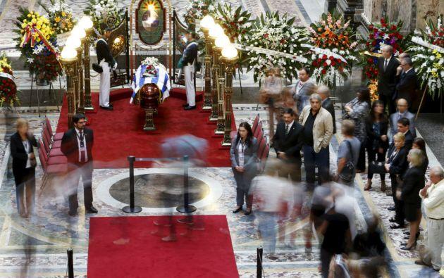 El féretro fue trasladado a un cementerio parque situado a unos 24 km de Montevideo tras el velatorio en el Palacio Legislativo. Foto: REUTERS