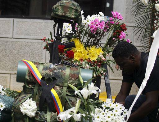 Los colombianos rindieron homenaje a los 11 militares muertos en el ataque de las FARC. Foto: REUTERS