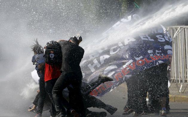 La movilización transcurrió pacíficamente hasta el tramo final, cuando la policía debió dispersar a grupos con gas lacrimógeno y carros lanzagua. Foto: REUTERS