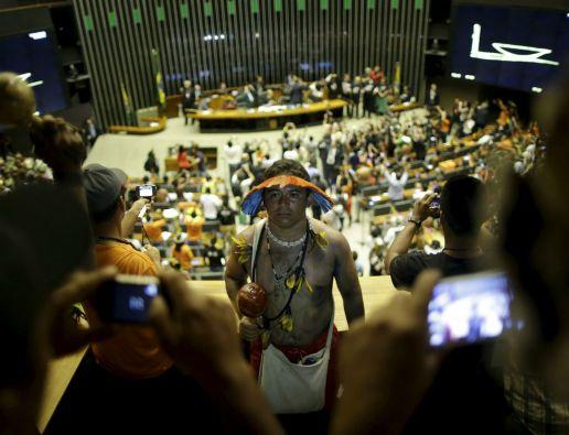 Cientos de indígenas fueron homenajeados este jueves en el Congreso en Brasilia. Foto: REUTERS
