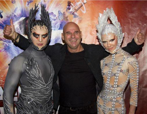 Guy Laliberté (centro), uno de los fundadores originales del Circo del Sol, mantendrá una participación minoritaria (10%). Foto: REUTERS