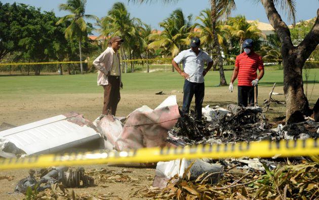 El piloto de la aeronave habría experimentado alguna falla durante el vuelo motivo por el cual habría intentado hacer un aterrizaje de emergencia en el campo de golf. Fotos: REUTERS.