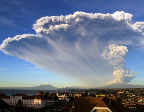 El Calbuco levantó una columna de piedras, humo y ceniza de aproximadamente 20 km. de altura, que ya ha comenzado a caer sobre los pueblos de la zona. Foto: REUTERS
