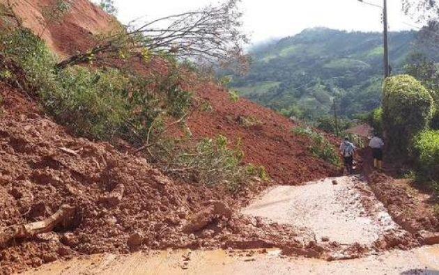 La situación en las calles mantiene el riesgo de que colapsen ocho viviendas. Fotos: Gobernación de El Oro.