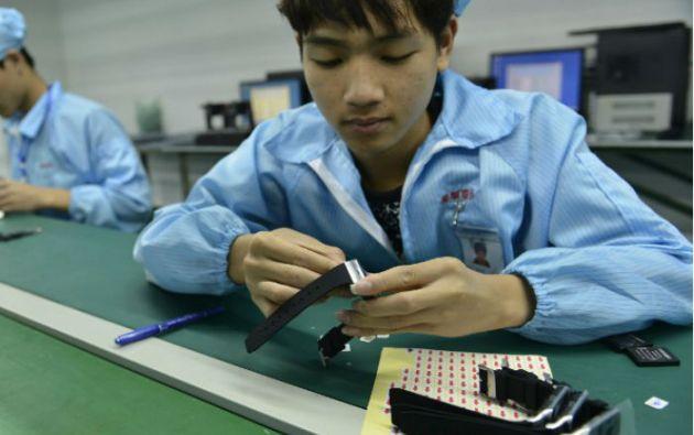 En un fábrica de Shenzen se realiza el ensamblaje de relojes similares al Apple Watch, pero más económicos. Foto: AFP