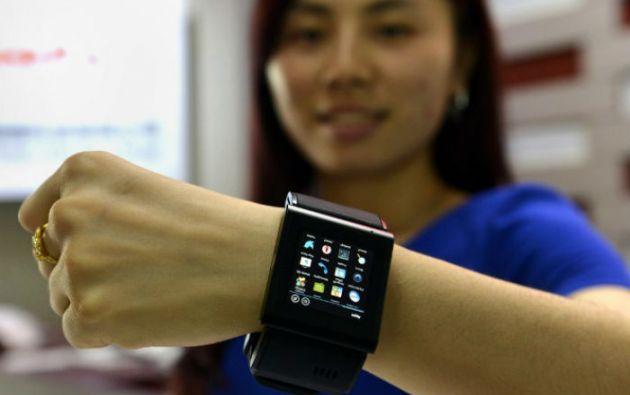 Una modelo muestra una alternativa china del Apple Watch, que saldrá a la venta este viernes. Foto: AFP