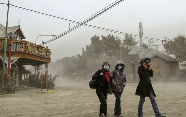 Mientras las autoridades no descartan nuevas erupciones, la población trata de superar las complicaciones por las erupciones. Foto: REUTERS
