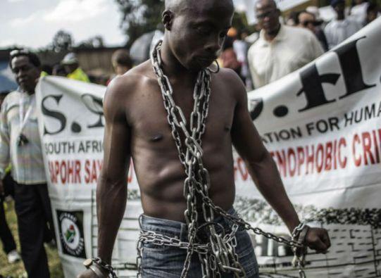 Sudáfrica decidió utilizar al ejército para apoyar a la policía en las operaciones de pacificación en los barrios golpeados por la violencia. Foto: AFP