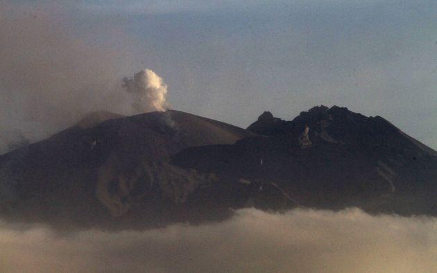 El volcán, situado en la región de Los Lagos y a unos 1.000 kilómetros al sur de Santiago, ha seguido humeando y expulsando cenizas durante las últimas horas. Foto: REUTERS.