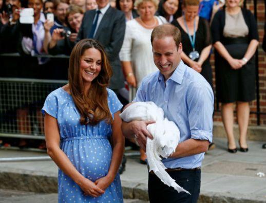 Los duqeus de Cambridge en la presentación del príncipe Jorge. Foto: AFP