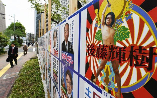 Los carteles de Goto, en los que se le ve sin ropa y blandiendo una katana con el blasón de la casa imperial japonesa de fondo han sido compartidas cientos de veces por los japoneses. Foto: Japan Times.