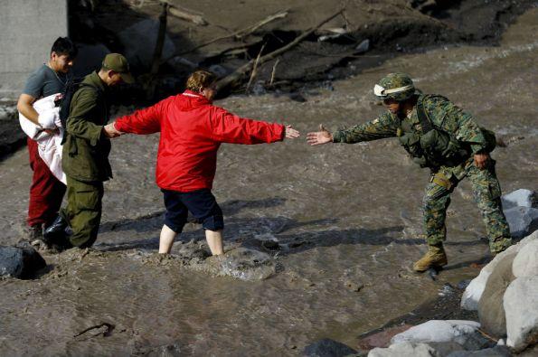 Las Fuerzas Armadas resguardan las zonas afectadas y prestan ayuda a los residentes. Foto: REUTERS