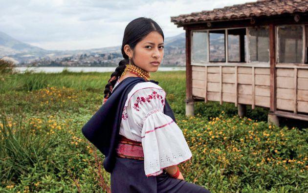 Diana posó cerca del lago San Pablo. Ella vistió las prendas tradicionales de su natal Otavalo: una blusa bordada a mano, anacos sujetos por fajas, a más del wallka o collares dorados. Foto: Mihaela Noroc