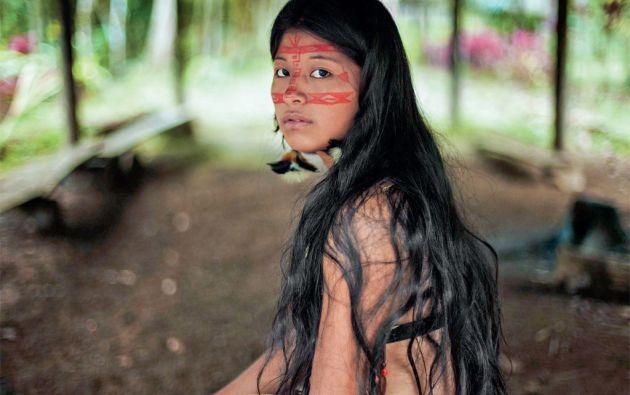 """""""En un pueblo kichwa, con costumbres milenarias, me encontré con una joven muy expresiva. Ella vestía el traje de novia que usó cuando tenía 15 años"""", cuenta la fotógrafa sobre su visita al Oriente ecuatoriano. Foto: Mihaela Noroc"""
