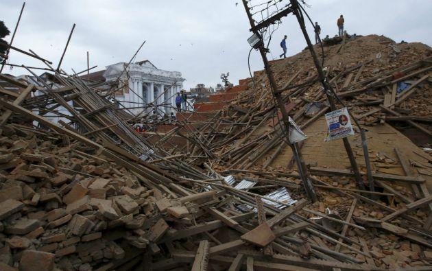 El terremoto en Nepal deja hasta el momento 2.357 muertos y más de 6.000 heridos. Foto: REUTERS