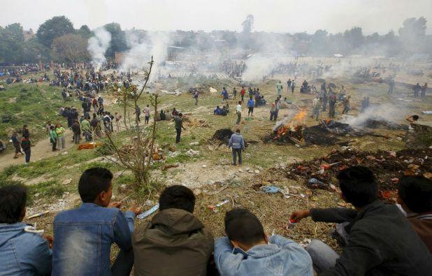En Bhaktapur se incineraron los cadáveres de las víctimas ante el riesgo de enfermedades e infecciones. Foto: REUTERS