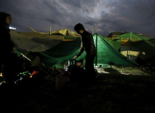 Los sobrevientes pasan la noche en carpas ante el peligro por las potentes réplicas. Foto: REUTERS