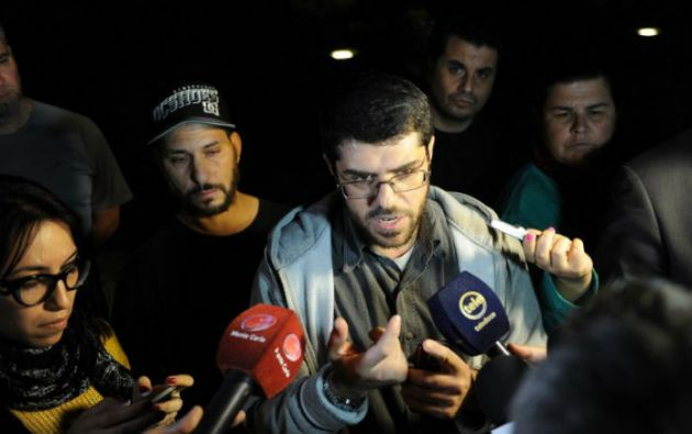El sirio Abd al Hadi Omar Mahmoud Faraj habla con periodistas frente a la embajada de EE.UU.  Foto: AFP