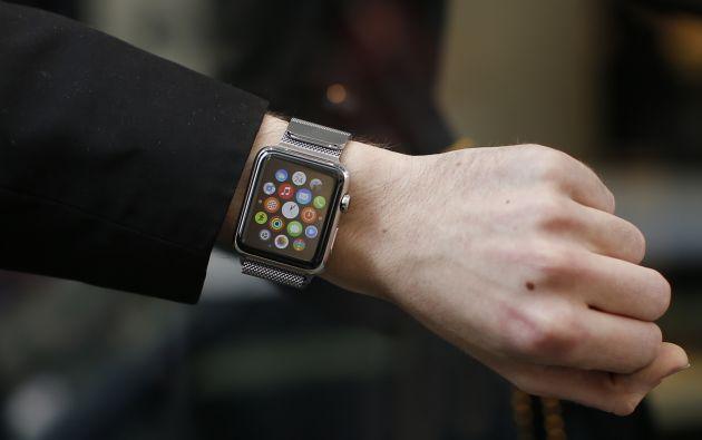 Un comprador muestra su reloj luego de adquirirlo en Francia. Foto: REUTERS.