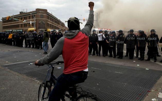 Manifestantes se enfrentaron a la Policía lanzándoles piedras, ladrillos y botellas. Los agentes respondieron con gas lacrimógeno y gas pimienta. Foto: REUTERS