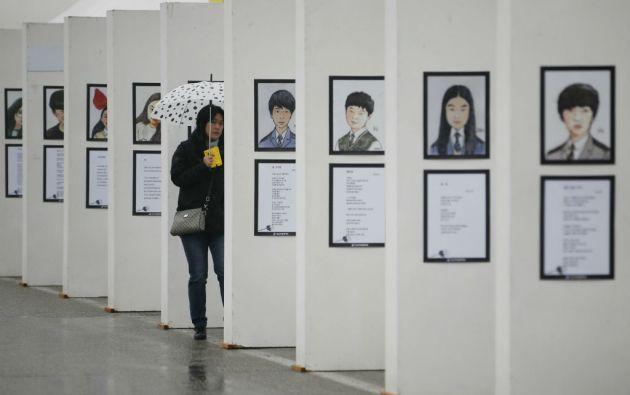 Una mujer mira las fotos de las víctimas, 304 en total, de la tragedia de Sewol en un memorial en Ansan. Foto: REUTERS