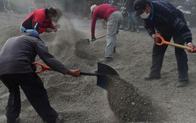 Los esfuerzos de los habitantes del sur de Chile se centran en despejar las toneladas de cenizas acumuladas. Foto: AFP