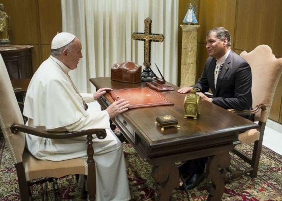 El papa Francisco y el presidente Correa conversan durante su reunión en el Vaticano.Foto: REUTERS