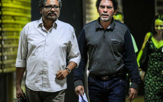 Iván Márquez y Pastor Alape, comandantes de las FARC, llegan al Palacio de Convenciones de La Habana para las conversaciones de paz. Foto: AFP