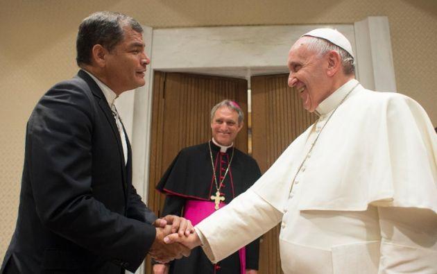 En el encuentro Correa regaló al papa una réplica de la virgen de Legarda, que se encuentra en la ciudad de Quito. Fotos: REUTERS.