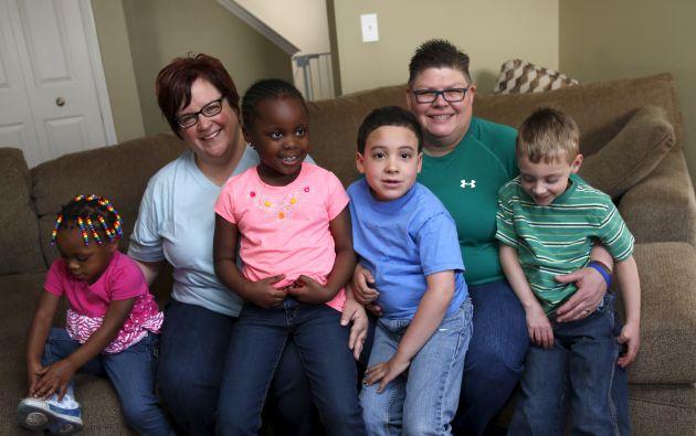 DeBoer y Rowse posan junto a sus hijos Rylee, Ryanne, Nolan y Jacob en su casa en Hazel Park, Michigan.